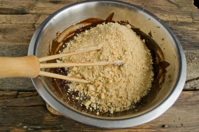 Добавляем крошку из песочного печенья
