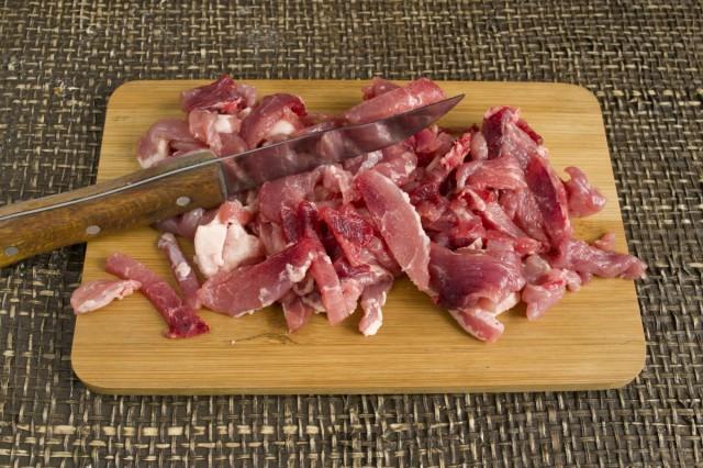 Нарезаем свинину