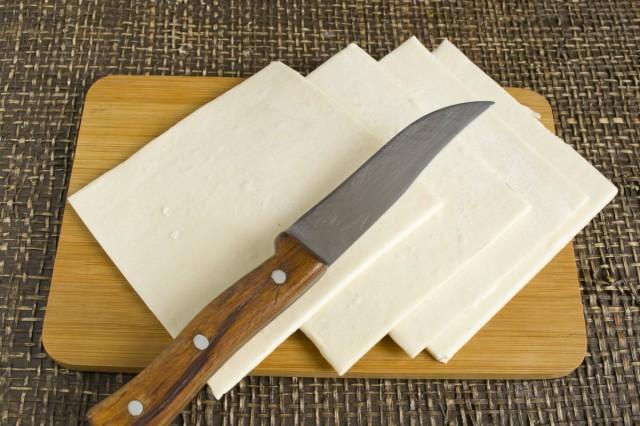 Нарезаем слоёное тесто прямоугольниками размером 14х11 сантиметров