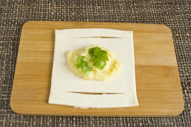 В центр теста кладём картофельное пюре и зелень