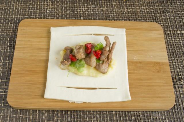 Сверху на картофельное пюре кладём обжаренное мясо и нарезанный перец чили