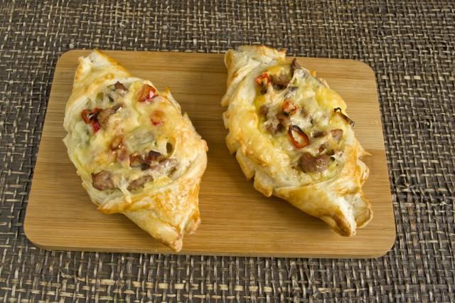 Запекаем слойки с мясом, картошкой и сыром 20 минут при температуре 220 градусов