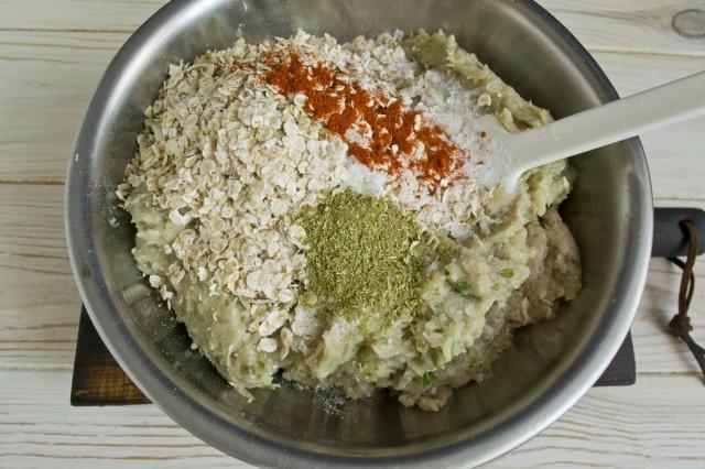 Добавляем в фарш геркулес, молотую красную паприку, соль по вкусу и сухие приправы