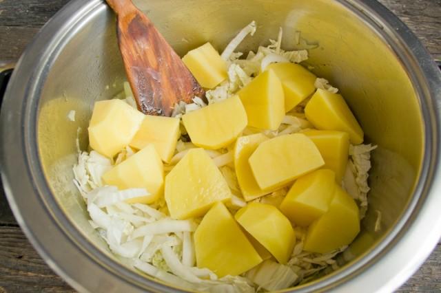 Добавляем нарезанный крупно картофель