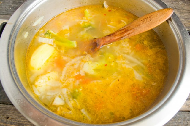 Добавляем соцветия брокколи, варим еще 10 минут и затем даём супу настояться