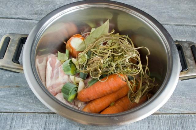 Добавляем морковь и специи
