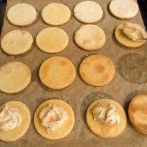 Между двух печений выкладываем арахисовый крем