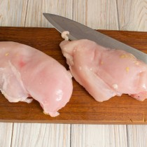Отделяем мясо курицы от кости