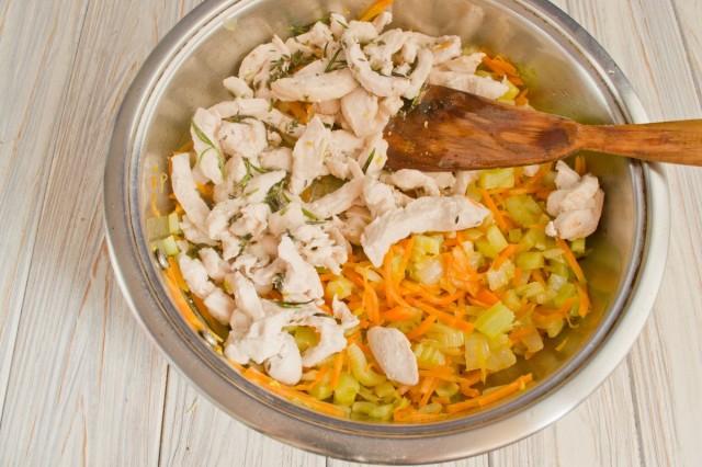 Перекладываем обжаренную курицу к овощам