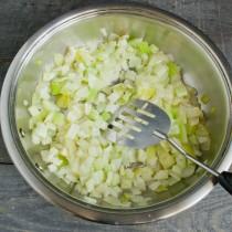 Добавляем в сковороду сельдерей