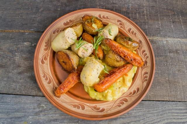 Гуляш из курицы с запеченными овощами и колбаской подаем горячим