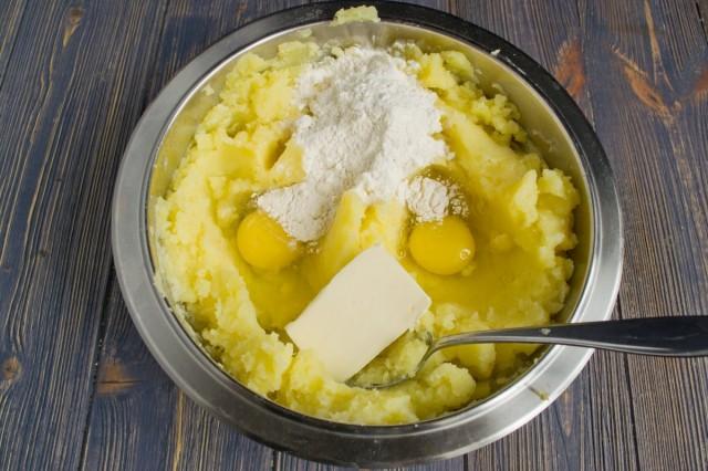 Добавляем в пюре яйца, муку и масло