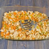 На дно формы выкладываем курицу с овощами