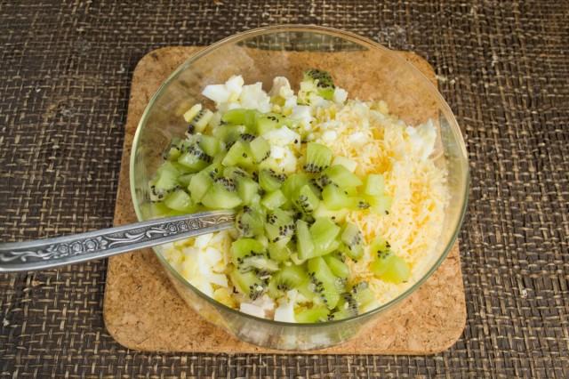 Добавляем в салат киви