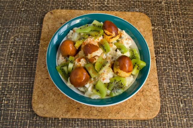 Куриный салат с киви и орехами готов!