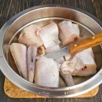 Режем рыбу на порции