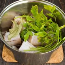 Выкладываем рыбу в кастрюлю и заливаем водой