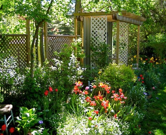 Опоры для растений выполняют одновременно эстетические и практические задачи