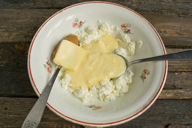 Добавляем к творогу масло, ваниль и арахисовую пасту