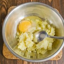 Разминаем вареный картофель