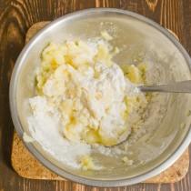 Перемешиваем картошку с яйцом и мукой