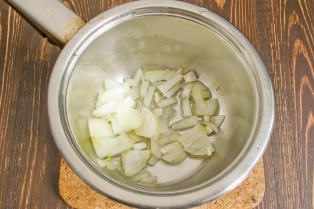 В сотейник с маслом кладем лук