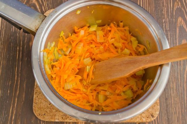 Добавляем морковь и сельдерей, пассеруем 15 минут