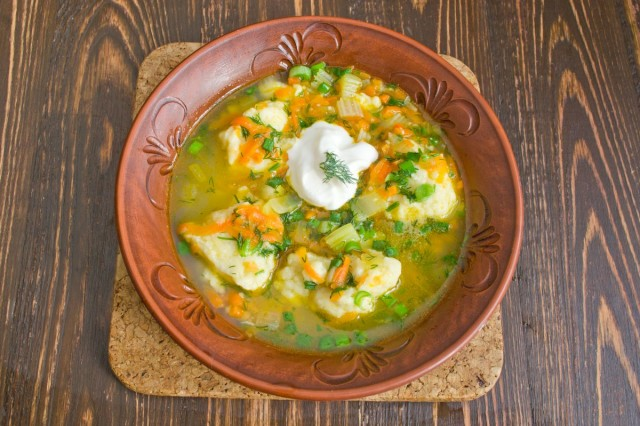 Рыбный суп с картофельными клёцками готов!