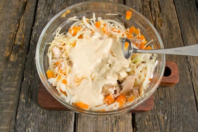 Добавляем соус к салату