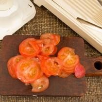 Тонкими слайсами нарезаем помидоры