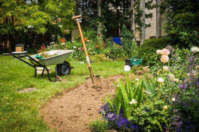 Расширение площади цветника за счет газона