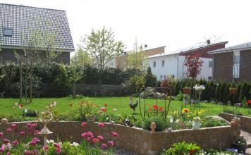 Цветники в майском саду
