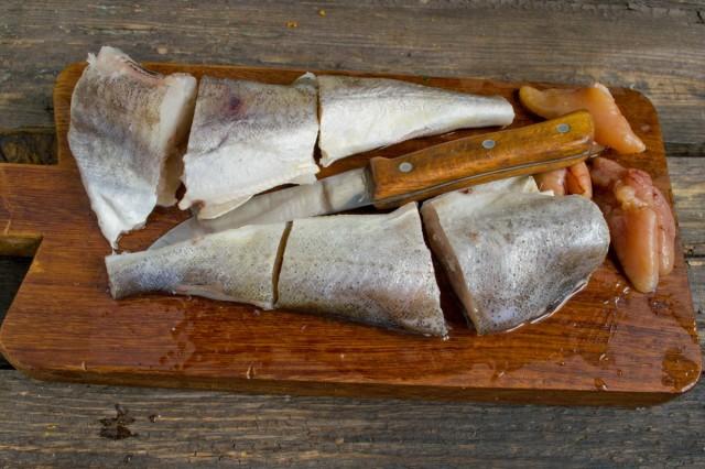 Режем рыбу на кусочки