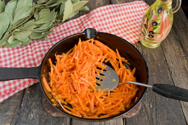 Отдельно поджариваем морковь