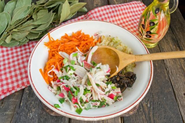 Кладём крабовые палочки, овощи и грибы в одну тарелку