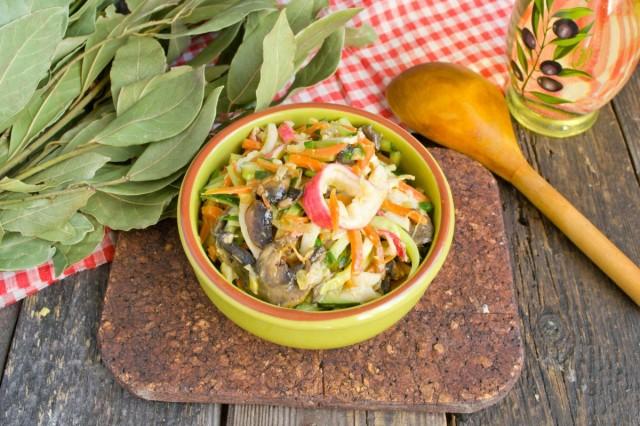 Салат из крабовых палочек с огурцом и грибами готов!