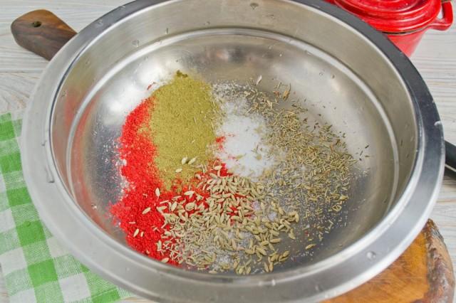 Делаем смесь из специй и соли для приправки мяса