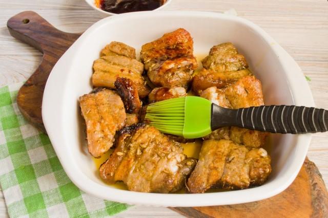 Запекаем мясо, смазывая соусом