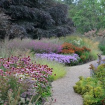Флористический лабиринт - это 32 шикарных цветника, которые разделяют между собой узкие дорожки из газона и гравия
