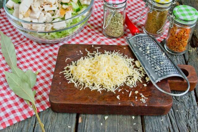 Натираем твердый сыр на терке