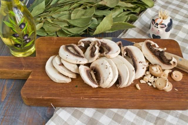 Нарезаем грибы и обжариваем в сковородке