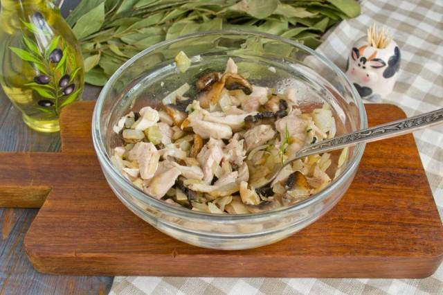 Смешиваем курицу с луком и грибами