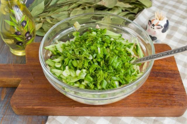 Добавляем в салат зелень
