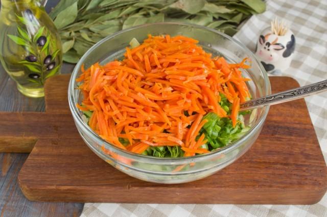 Кладем в салат морковь, соль и специи