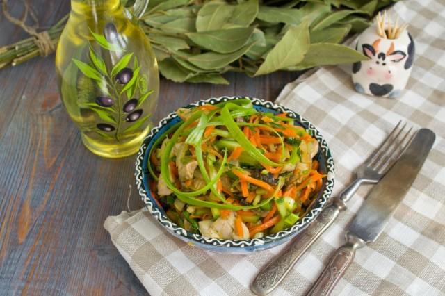 Салат с жареными грибами и курицей готов!