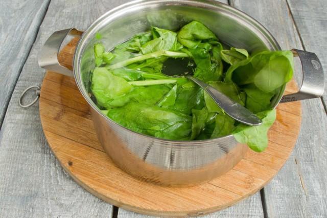 Кипятим листья шпината 2 минуты