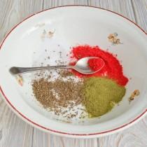 Насыпаем в миску 2-3 чайные ложки семян тмина