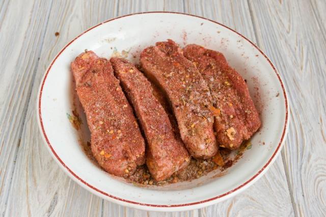 Мясо должно равномерно покрыться специями