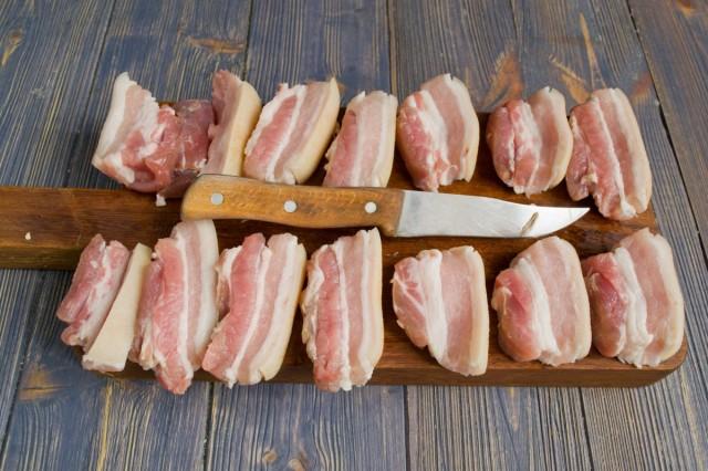 Режем свинину и обсушиваем кусочки салфетками