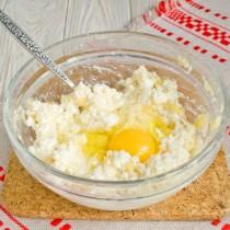 Добавляем соль, сахар и яйцо